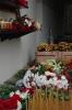 Цветы у мемориальной доски