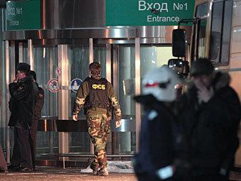 Сотрудники ФСБ на месте взрыва в аэропорту