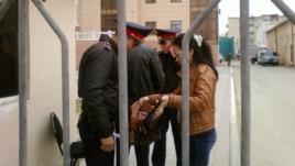 Полиция проверяет людей перед зданием суда. Атырау, 29 апреля 2013 года