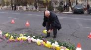 жители Тараза несут цветы на место гибели полицейских в теракте