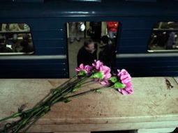 """Цветы на месте теракта на станции """"Парк культуры"""". Фото из архива ©AP"""