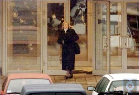 А. Политковская выходит из театра