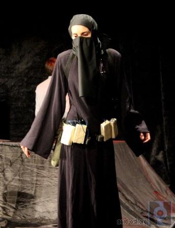 Сцены из спектакля «Норд-Ост» молодежного «Театра ХХІ», г. Одесса
